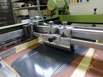Tirage sur machine semi-automatique sérigraphie traditionnelle